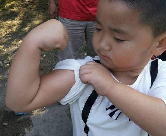 小小年纪,肌肉已经练到这个程度