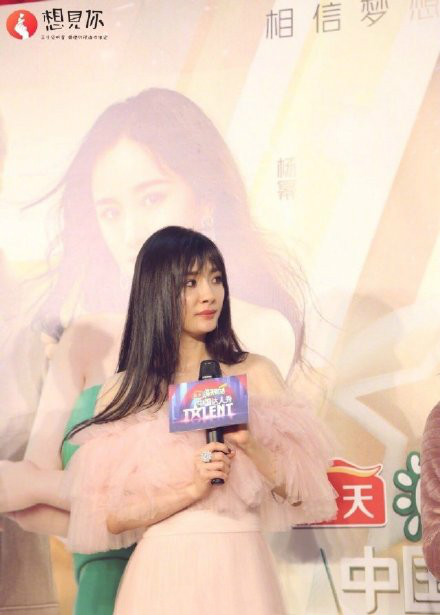 杨幂最新空气刘海发型曝光  粉色露肩长裙温婉可人