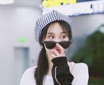 郑爽机场贝雷帽造型曝光 帅气和甜美兼顾的双重风格