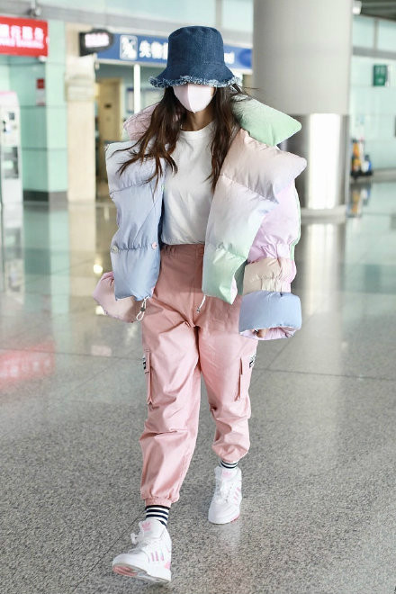 baby穿彩虹羽绒服现身机场 这棉花糖baby好可爱