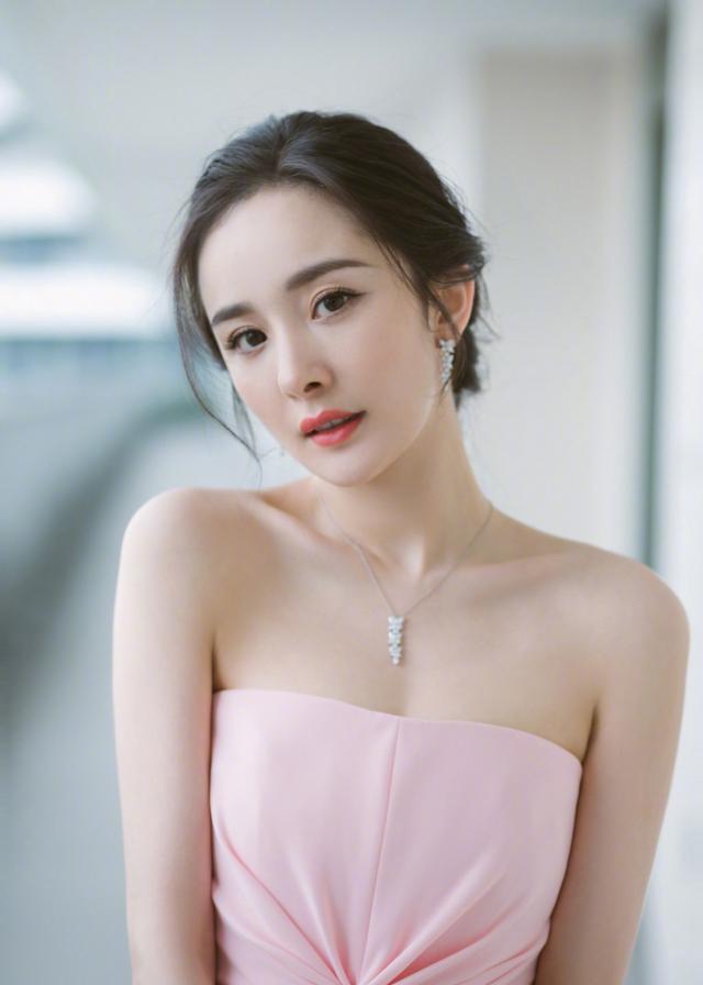 杨幂粉色修身抹胸裙亮相 完美诠释美人在骨不在皮