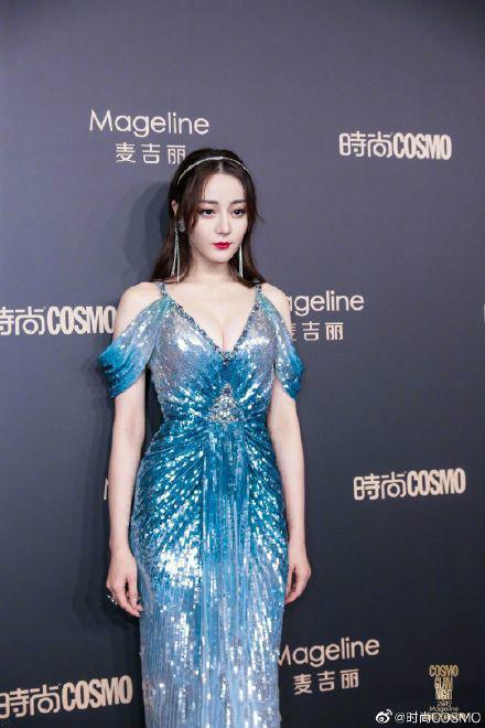 迪丽热巴出席时尚盛典  蓝色人鱼裙搭配耀眼配饰超吸睛