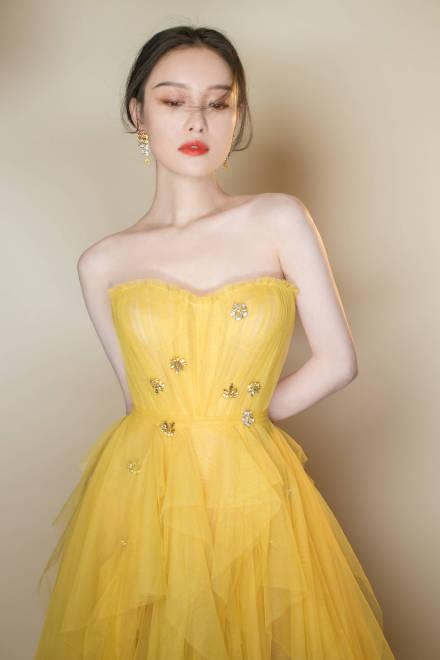 倪妮黄色长裙亮相新浪时尚风格大赏 妥妥的冬美人
