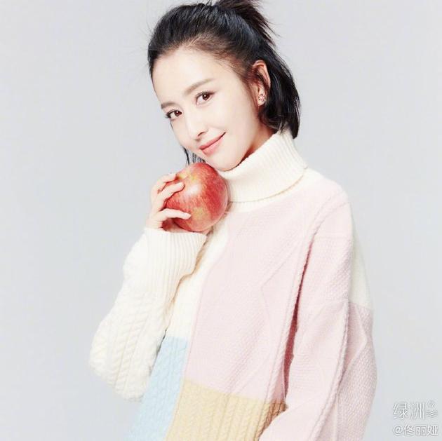 佟丽娅绿洲更新圣诞美照  穿浅色系毛衣气质优雅