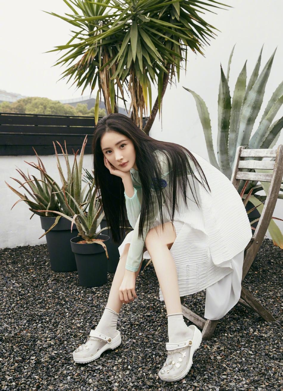 杨幂仙人掌清新写真 白色皱纹纸感吊带裙搭配时尚