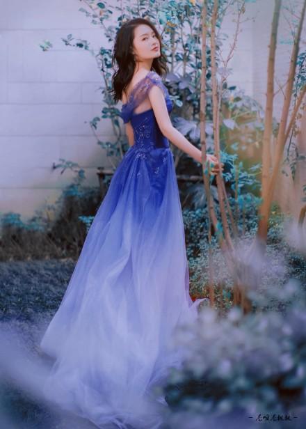 李沁深蓝色渐变薄纱长裙搭配 恬静大气不失温婉