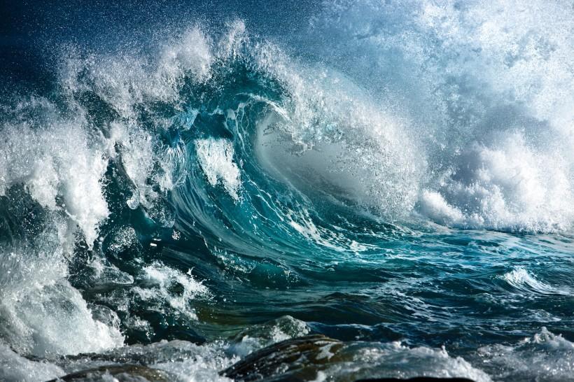 海浪波涛汹涌大海图片