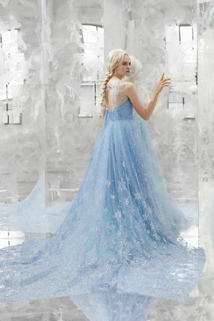 迪士尼推出冰雪奇缘同款婚纱 被艾莎版的婚纱美晕